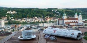 Bögl Kaffee Genuss in einem Cafe in Passau mit Zeitung auf dem Kaffeetisch